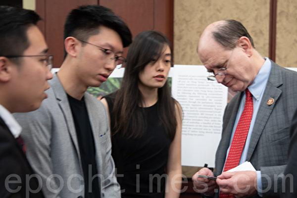 9月18日,國會眾議院外交委員會亞太小組主席謝爾曼(Brad Sherman)與香港學生代表交流。(林樂予/大紀元)