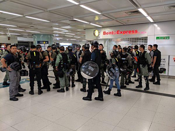 2019年9月22日,反送中活動,青衣站警方戒備中。(黃曉翔/大紀元)
