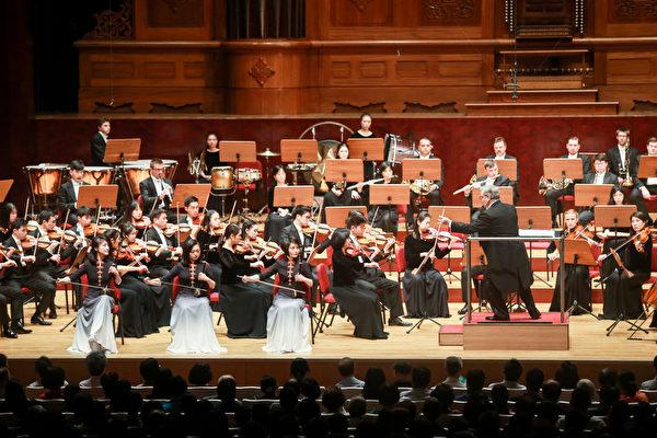 2019年9月23日午間,神韻交響樂團在國家音樂廳的演出。圖為二胡演奏家琴露(右)、王真(中)、戚曉春(左)的演出。(白川/大紀元)
