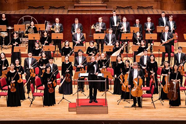2019年9月23日午間,神韻交響樂團在台北國家音樂廳演出。圖為指揮迪密萃‧魯蘇向觀眾致意。(陳柏州/大紀元)