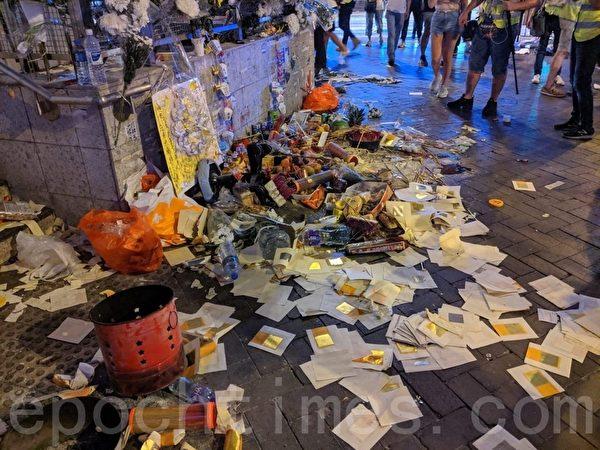 2019年9月23日晚上,香港太子站情況,祭壇被警方破壞。(黃曉翔/大紀元)