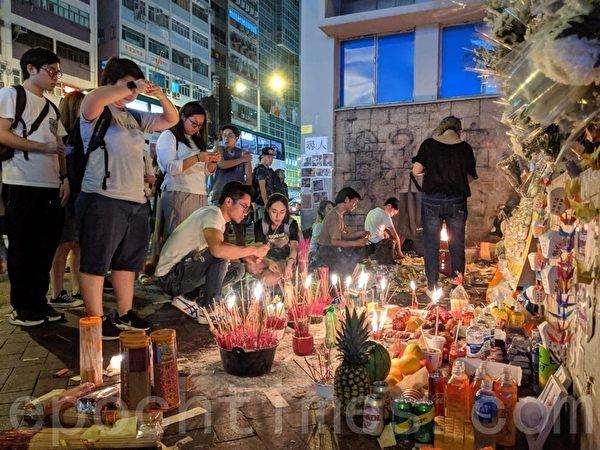 2019年9月23日晚上,警方在港鐵太子站清埸,祭壇被警方破壞,市民重建。(黃曉翔/大紀元)