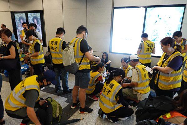 2019年9月28日,香港民眾發起「928連儂之路」。圖為金鐘站內,由老人等人士組成的「守護孩子」在做準備。(余鋼/大紀元)