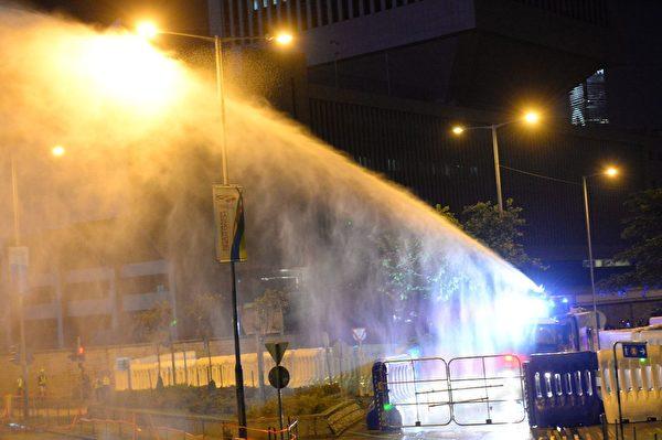 2019年9月28日,港府總部外大批民眾聚集,港府總部內,警方隔著水馬發射水炮車。(宋碧龍/大紀元)