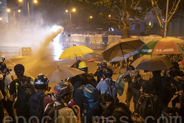 組圖:港警發射水炮驅散群眾 記者遭波及
