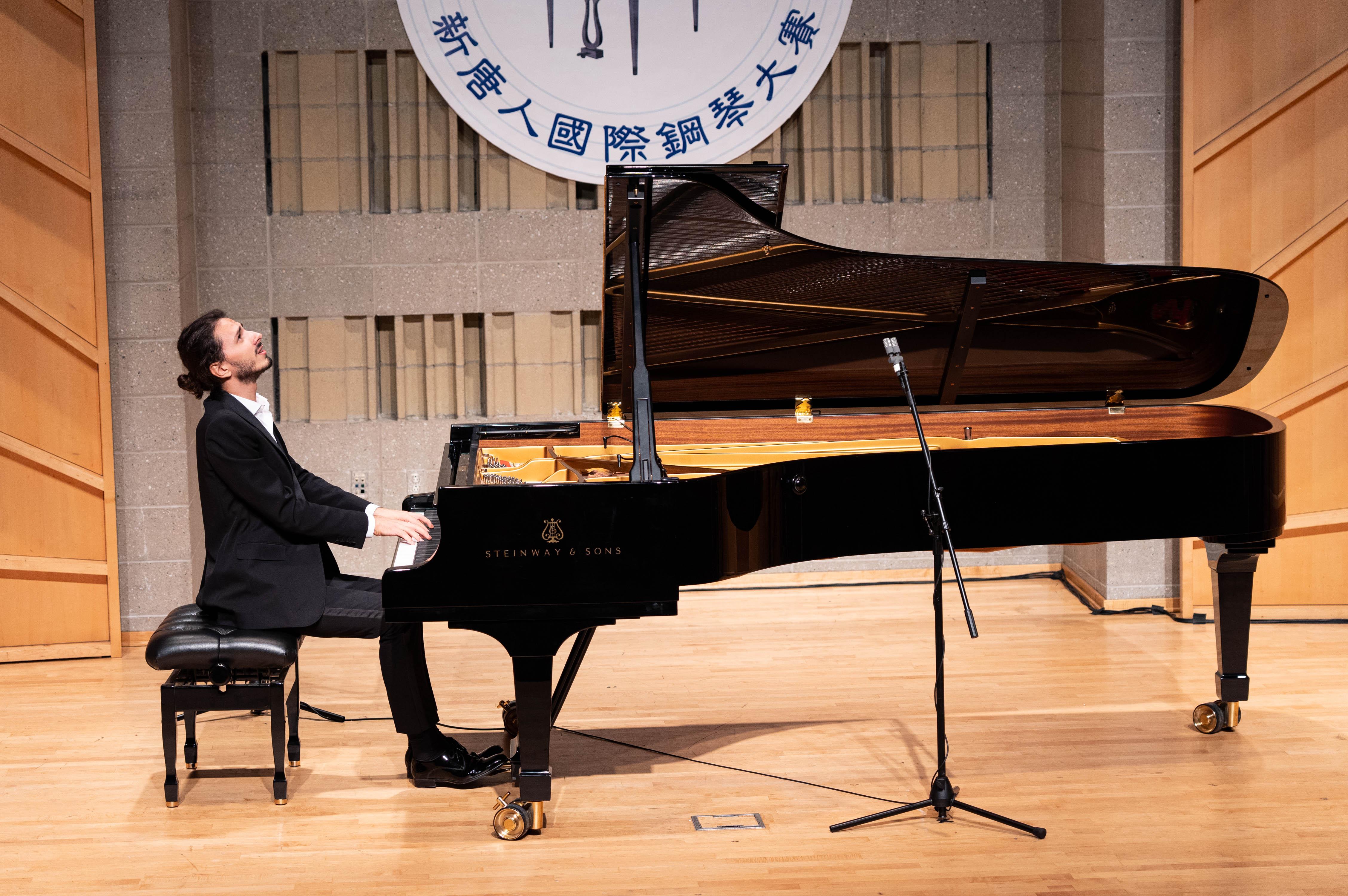 9月28日,2019第五屆新唐人國際鋼琴大賽決賽。意大利選手基阿科米利(Nicolas Giacomelli)奪得本次大賽的銀獎。(戴兵/大紀元)