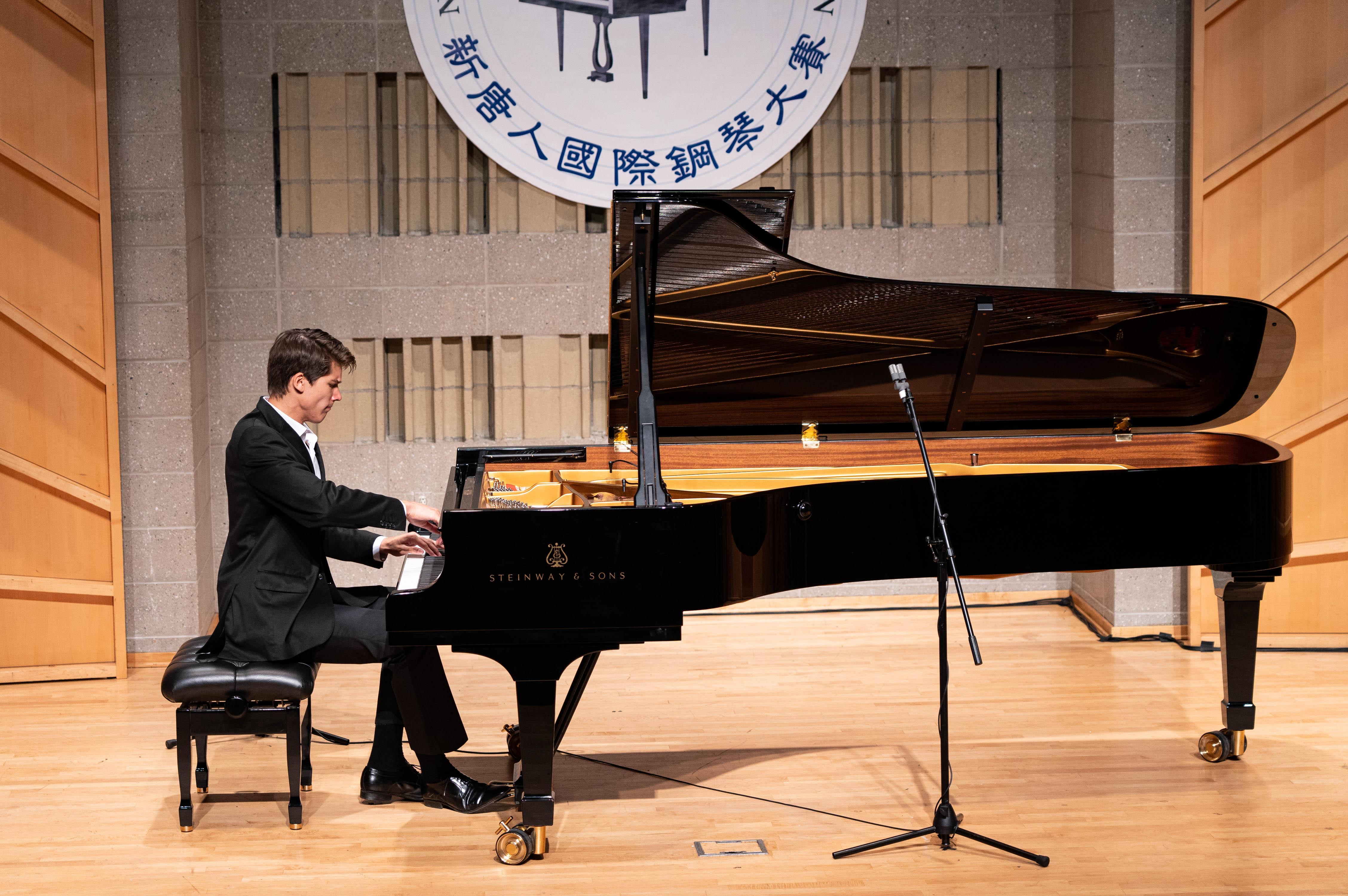 9月28日,2019第五屆新唐人國際鋼琴大賽決賽。俄羅斯裔選手彼得羅夫(Vladimir Petrov)摘得金獎。(戴兵/大紀元)