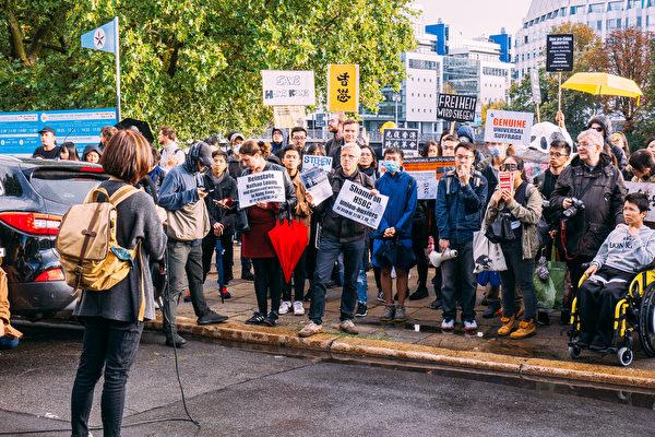 9月28日下午數百旅德港人和德國各界人士在首都柏林舉行集會遊行,抗議中共暴政,支持港人爭取自由民主。圖為抗議人士在中使館前施普雷河岸邊集會演講。(張清颻/大紀元)