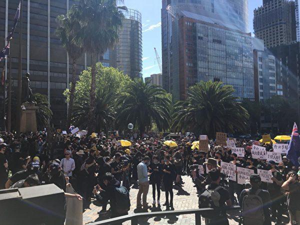 2019年9月29日下午2點,澳洲悉尼港人及支持者在州立圖書館前集會遊行,聲援香港發起的全球抗共活動。(安平雅/大紀元)