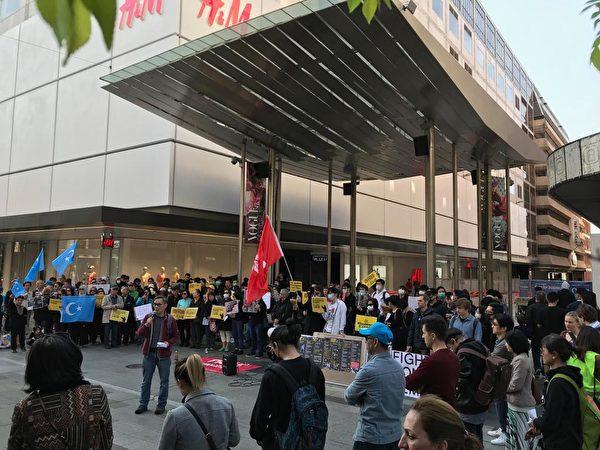 2019年9月29日,參加澳洲阿德萊德集會的民眾越來越多,據報逾400人參與了集會。(李倩西/大紀元)