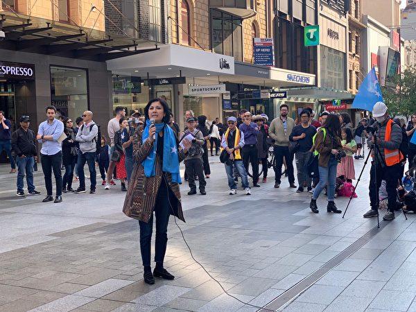 2019年9月29日,維吾爾族裔的人士在澳洲阿德雷德集會上發言,請求澳洲關注在新疆的中共集中營。(陽洋/大紀元)