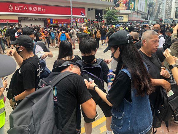 2019年9月29曰,市民中胡椒噴劑。(宋碧龍/大紀元)