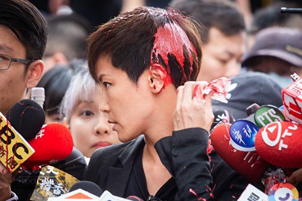 2019年9月29日,由台灣公民陣線、香港邊城青年、台灣青年民主協會、台灣學生聯合會等團體發起「929台港大遊行—撐港反極權」遊行活動,會前香港歌手何韻詩接受媒體訪問時遭不明民眾潑漆。(陳柏州/大紀元)