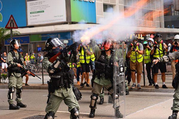2019年9月29日,全球24個國家、65個城市舉行「全球連線-共抗極權」遊行。警察在香港灣仔無預警對遊行人群放催淚彈。(宋碧龍/大紀元)