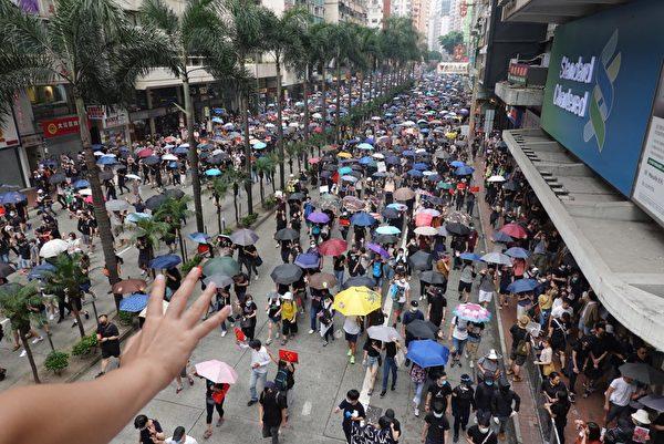 2019年9月29日,全球24個國家、65個城市舉行「全球連線-共抗極權」遊行,圖為遊行隊伍經過灣仔。(孫明國/大紀元)