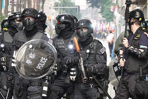 2019年9月29日,全球24個國家、65個城市舉行「全球連線-共抗極權」遊行。圖為香港灣仔警察截堵遊行隊伍要人群撤走。(余鋼/大紀元)