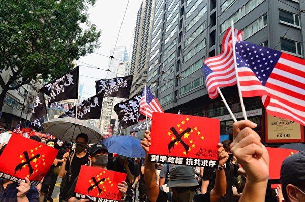2019年9月29日,香港民眾在灣仔遊行隊伍,拿著標語或旗子。(余天佑/大紀元)