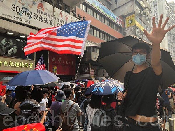 2019年9月29日,香港民眾參加反極權遊行,手上拿著標語或旗子表達訴求。(余天祐/大紀元)
