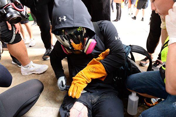 2019年9月29日,香港民眾在灣仔有抗爭者被警察用橡膠子彈射傷。(宋碧龍/大紀元)