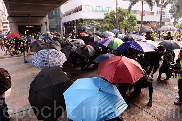 2019年9月29日,抗爭者在香港灣仔天橋下建立防線避免被警察直接射擊。(宋碧龍/大紀元)