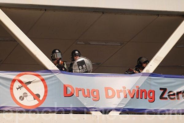 2019年9月29日,「全球連線-共抗極權」遊行活動。香港警方在灣仔地鐵站天橋發射數枚催淚彈。(余鋼/大紀元)
