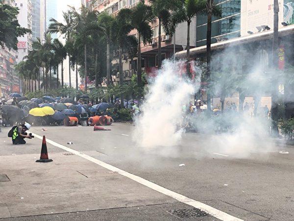2019年9月29日,「全球連線-共抗極權」香港灣仔遊行活動。圖為港警在灣仔放催淚彈驅散民眾。(余天祐/大紀元)