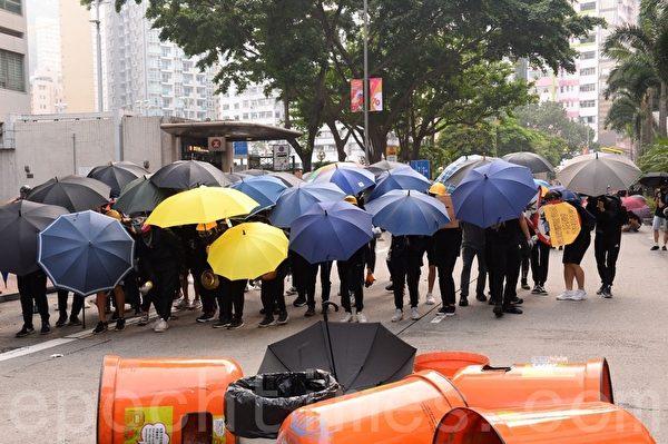 2019年9月29日,「全球連線-共抗極權」遊行活動,發生警民對峙。圖為抗爭者在灣仔天橋建立防線。(宋碧龍/大紀元)