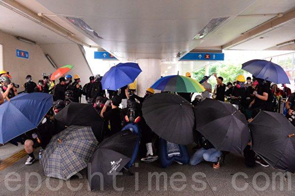 2019年9月29日,「全球連線-共抗極權」遊行活動,發生警民對峙。圖為抗爭者在灣仔天橋下建立防線。(宋碧龍/大紀元)