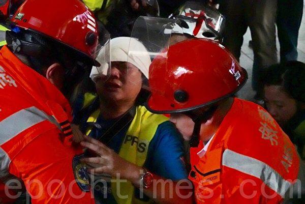 2019年9月29日,「全球連線-共抗極權」遊行活動。香港灣仔採訪記者額部受傷。(余鋼/大紀元)