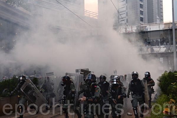2019年9月29日「9·29全球抗共」遊行活動。港警在金鐘狂抓捕抗爭者。催淚彈隨處發射。(宋碧龍/大紀元)