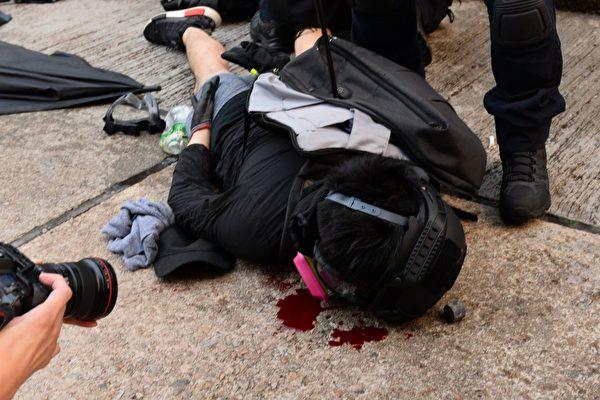 2019年9月29日,9.29全球抗共,遊行活動。港警在金鐘狂抓抗爭者,有抗爭者被速龍小隊暴頭流血。(宋碧龍/大紀元)