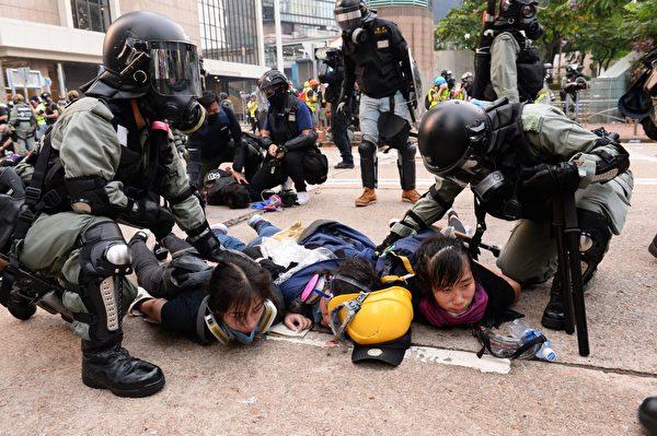 2019年9月29日,9.29全球抗共,遊行活動。港警在金鐘狂抓抗爭者,3位女仔同時被抓。(宋碧龍/大紀元)