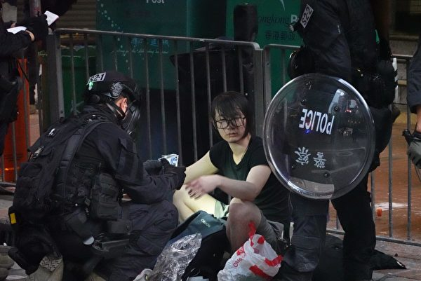 2019年9月29日,9.29全球抗共,遊行活動。香港灣仔抗爭者被捕。(余鋼/大紀元)