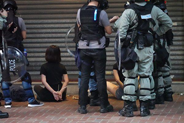 2019年9月29日,9.29全球抗共,遊行活動。香港灣仔兩名抗爭者被捕。(余鋼/大紀元)