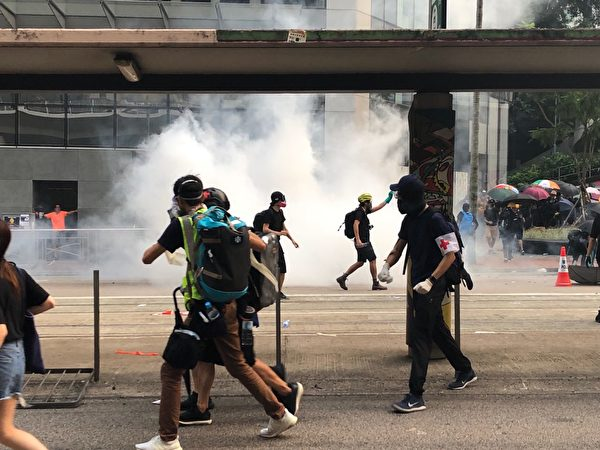 2019年9月29日,「9.29全球抗共」遊行活動。港警在灣仔至金鐘天橋發放多枚催淚彈。(余天祐/大紀元)