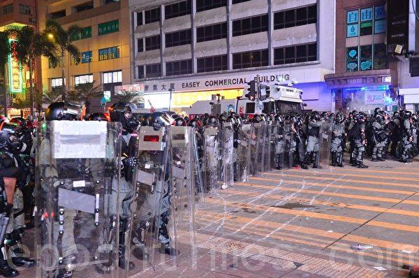 2019年9月29曰,全球24個國家、65個城市舉行「全球連線-共抗極權」遊行,圖為香港,警方在軒尼斯道發放多枚催淚彈。(余天祐/大紀元)