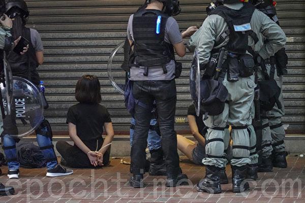 2019年9月29日,全球24個國家、65個城市舉行「全球連線-共抗極權」遊行,圖為香港,遊行隊伍經過灣仔遭遇警方暴力清場,有抗爭者被捕。(余鋼/大紀元)