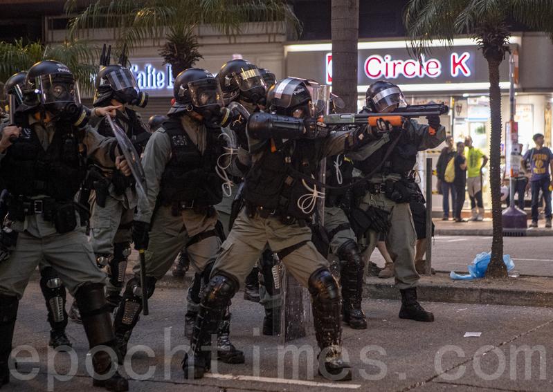 2019年9月29日,全球24個國家、65個城市舉行「全球連線-共抗極權」遊行,圖為遊行隊伍經過灣仔遭遇警方武力清場。(余鋼/大紀元)