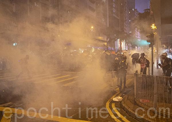 2019年9月29日,全球24個國家、65個城市舉行「全球連線-共抗極權」遊行,圖為香港,遊行隊伍經過灣仔遭遇警方武力清場。(余鋼/大紀元)