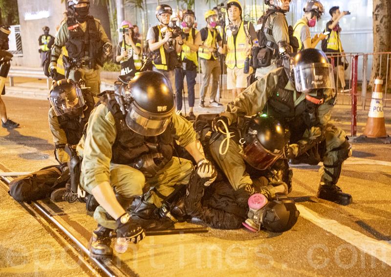 2019年9月29日,全球24個國家、65個城市舉行「全球連線-共抗極權」遊行,圖為警方武力清場,有抗爭者被拘捕。(余鋼/大紀元)