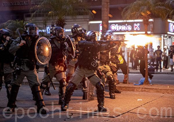 9日,全球24個國家、65個城市舉行「全球連線-共抗極權」遊行,圖為香港,遊行隊伍經過灣仔遭遇警方暴力清場。(余鋼/大紀元)