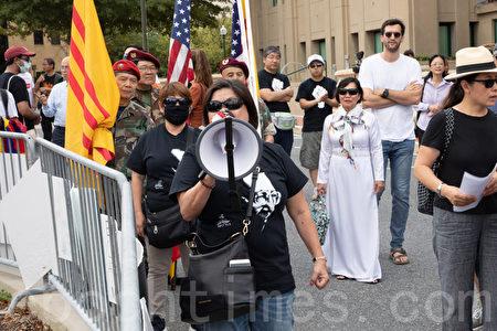 9月29日下午,在華盛頓DC中共駐美大使館外,旅美香港人呼喊口號為香港加油。(林樂予/大紀元)