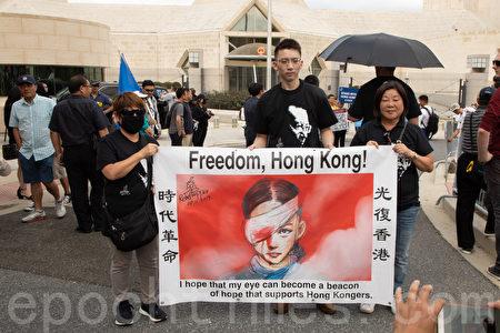 9月29日下午,在華盛頓DC中共駐美大使館外,旅美香港人手舉「時代革命,光復香港」條幅。(林樂予/大紀元)