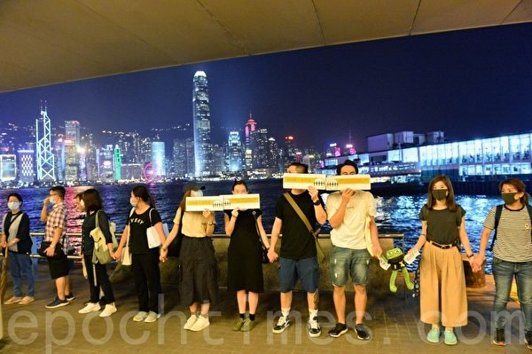 2019年9月30日,香港網民為紀念「831太子站事件」舉行「9.30 Pepe 心心和你拖」人鏈行動。圖為尖沙咀人鏈。(宋碧龍/大紀元)