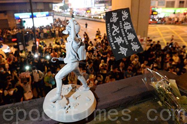 2019年9月30日,香港網民紀念「831太子站事件」,有人在太子站出口放置民主女神像。(宋碧龍/大紀元)