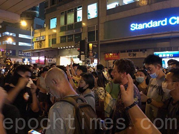2019年9月30日,香港民眾聚集在太子站外,伸出手指表達「五大訴求 缺一不可」。(蔡依帆/大紀元)
