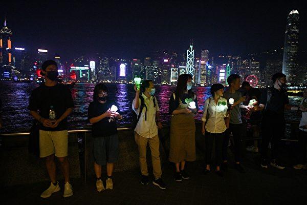 2019年9月30日,香港網民為紀念「831太子站事件」舉行「9.30 Pepe 心心和你拖」人鏈行動。圖為海港區人鏈。(MOHD RASFAN/AFP/Getty Images)