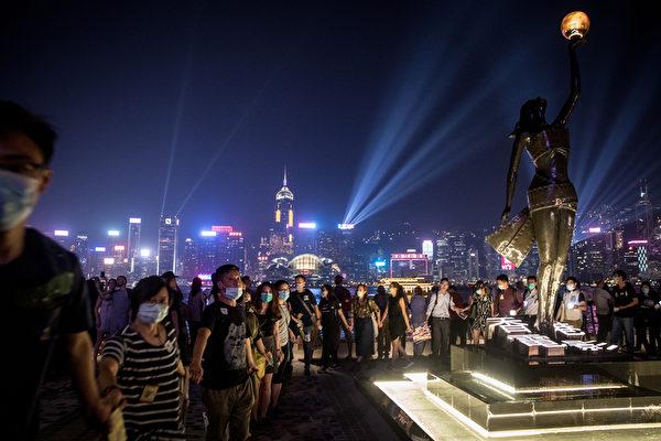2019年9月30日,香港網民為紀念「831太子站事件」舉行「9.30 Pepe 心心和你拖」人鏈行動。圖為海港區人鏈。(Chris McGrath/Getty Images)