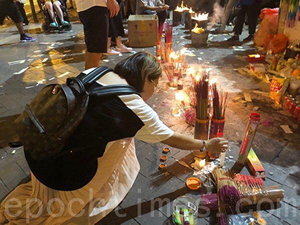2019年9月30日,香港民眾紀念「831太子站事件」,民眾點香祭拜。(蔡依帆/大紀元)