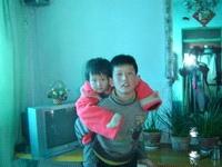 小盛偉揹著3歲的妹妹去要媽媽。(明慧網)